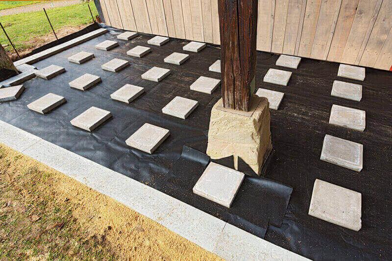 Unterkonstruktion mit Steinplatten anlegen für den Terrassenbau