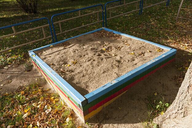 Sandkasten in herbstlicher Umgebung
