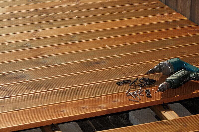 Werkezeuge, die auf der Terrasse liegen