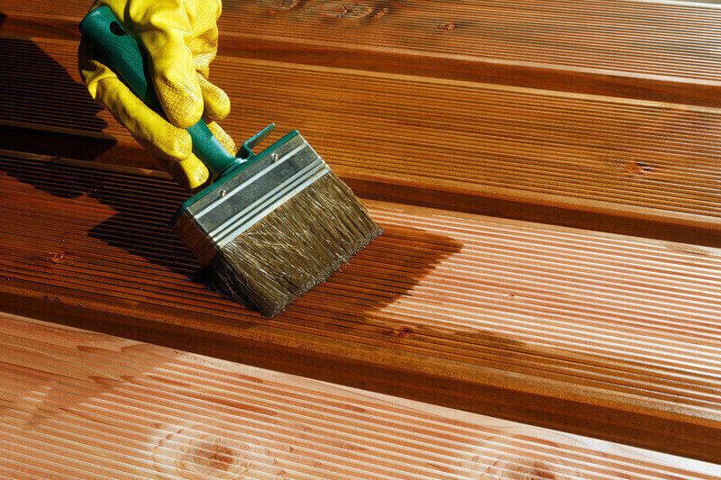 Terrassendielen nach dem Verlegen streichen und pflegen mit Pinsel und Öl